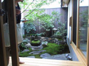 京町屋の奥の坪庭。不思議と涼風が抜け、居心地の良い空間になっている